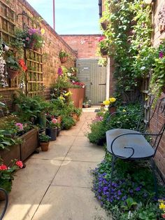 54 Awesome Side Yard Garden Design Ideas For Summer - Side yards - Balkon Small Courtyard Gardens, Small Courtyards, Small Backyard Gardens, Backyard Garden Design, Vegetable Garden Design, Small Garden Design, Small Gardens, Outdoor Gardens, Small Narrow Garden Ideas