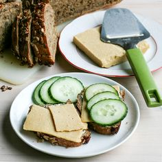 Easy and healthy sliceable vegan cheese that's high in protein and low in saturated fat. Just 10 minutes active work and no blender needed! | by Maikin mokomin