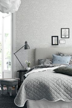 schlafzimmer grau helles bettkopfteil dunkler teppich graunuancen