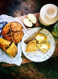 Glutenfrie søtpotetscones med havre og chia Fritters, Scones, Camembert Cheese, Food, Fried Dumplings, Beignets, Essen, Yemek, Meals