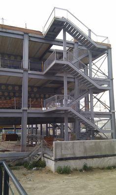 Escalera en edificio de estructura metálica