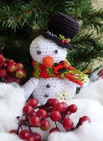 Kouzlo mého domova: Háčkovaný sněhulák Crochet Christmas Ornaments, Christmas Wreaths, Christmas Crafts, Crochet Animals, Crochet Toys, Baby Crib Mobile, Holiday Decor, Holiday Ideas, Pattern