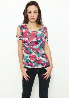 Camiseta camuflada colorida com recorte nos ombros