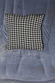 Pude 45 x 45 cm Med Hanefjeldsmønster  Fremstillet i ren uld Pris incl forsendelse 250 kr