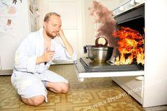 Mann im Bademantel sitzt melancholisch vor seinem im brennenden Ofen verkohkelnden Essen.