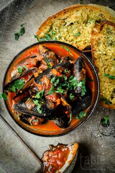 chilli mussels wuth quick garlic bread   tabletwentyeight.com