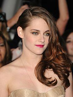 make glamour -  cabelo todo de um lado, sombra marrom nos olhos e batom rosa na boca