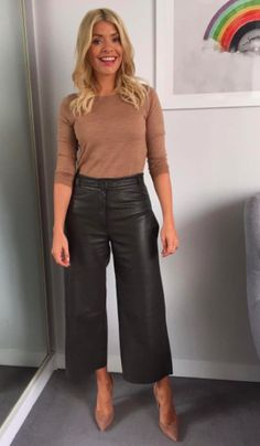 The television presenter is everyone's sartorial muse this season. Leather Trousers Outfit, Leather Culottes, Culottes Outfit, Trouser Outfits, Winter Mode Outfits, Winter Fashion Outfits, Look Fashion, Fall Outfits, Autumn Fashion