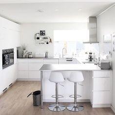 Have a lovely evening 🌟 Mitt bidrag i hos flinke 🌟 Open Kitchen, Kitchen Dining, Kitchen Decor, Luxury Kitchens, Cool Kitchens, Interior Design Living Room, Interior Inspiration, Sweet Home, Furniture