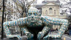 """""""Co-Stell-Azione"""" sculpture en aluminium peint exposée Place de la Sorbonne à Paris en 2008 de Rabarama (Paola Epifani- 1969 Italie)."""