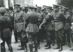 General Michael Collins and fellow Officers of the Army of the Irish Free State at the funeral of Arthur Griffith to Glasnevin Cemetery. Ireland 1916, Irish Free State, Irish Independence, Irish Republican Army, Creepy Photography, Erin Go Bragh, Michael Collins, Irish Culture, Muscle Anatomy