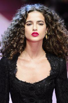 Dolce & Gabbana at Milan Fashion Week Spring 2018 - Details Runway Photos Long Curly Hair, Curly Girl, Big Hair, Curly Hair Styles, Natural Hair Styles, Curly Short, Curly Bob, Hair Inspo, Hair Inspiration