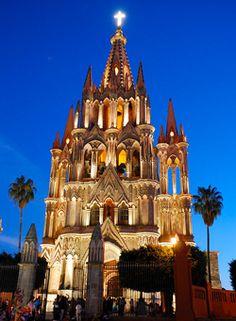 La Parroquia San Miguel de Arcangel: Es el icono principal de la ciudad. Fue construida en el Siglo XVIII, con una fachada barroca. En 1880, el albañil Zeferino Gutierrez, fue llamado para refeccionarla. Cambiando a un estilo Neogotico. El interior del templo tiene un estilo neoclasico. Es una de las parroquias de Mexico mas fotografiadas.