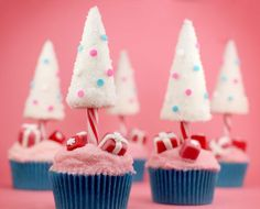 Candy Cane Christmas Tree Cupcakes - Cakes, Pancakes, Frostings Another idea for Christmas cupcake decoration is not hard at all. Baked cupcakes or buy ready made for this. Make sure your cupcake should not be very moisten or soft. Cute Christmas Cookies, Christmas Tree Cupcakes, Candy Cane Christmas Tree, Holiday Cupcakes, Noel Christmas, Pink Christmas, Christmas Goodies, Christmas Colors, Christmas Desserts
