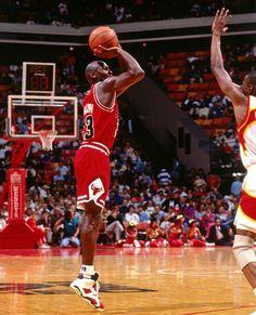 King Jordan Art Michael Jordan, Michael Jordan Pictures, Michael Jordan Basketball, Jordan Photos, Charlotte Hornets, Nba Players, Basketball Players, Mike Jordan, Jeffrey Jordan