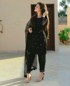 Dress Neck Designs, Stylish Dress Designs, Designs For Dresses, Stylish Dresses, Simple Dresses, Fashion Dresses, Black Pakistani Dress, Pakistani Dress Design, Pakistani Dresses