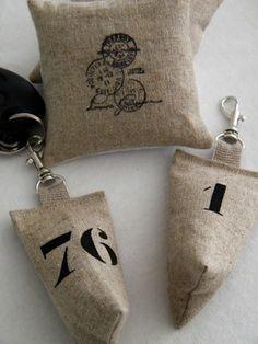 Porte clés en lin de forme berlingot. Chiffre réalisé au pochoir et peinture textile noir. Attache ruban de lin