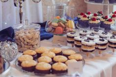 Svadobné koláčiky cupcakes wedding cakes candy bar koláče Wedding Cakes With Cupcakes, Candy, Cheese, Bar, Table Decorations, Food, Essen, Meals, Sweets