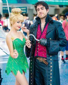 "Cosplay Ideas Killian ""Hook"" Jones (OUAT) and Tinkerbell (Peter Pan) - Unique Couple Halloween Costumes, Best Couples Costumes, Disney Costumes, Halloween Kostüm, Halloween Cosplay, Halloween Outfits, Cool Costumes, Fall Outfits, Tinkerbell Halloween Costume"