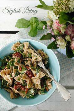 Heute verrate ich Euch mein Lieblings-Rezept für einen Nudelsalat mit Fetakäse, getrockneten Tomaten, Ruccola und Pinienkernen. Das Dressing besteht aus Olivenöl und Balsamico.