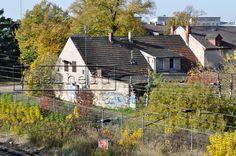 Berlin-Schönefeld an Eisenbahnstrecke altes Haus