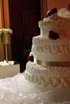 Una torta di #matrimonio davvero imponente e sfarzosa! Wedding Cakes, Desserts, Food, Food Cakes, Wedding Gown Cakes, Tailgate Desserts, Deserts, Essen, Cake Wedding
