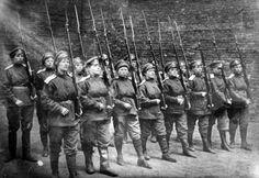 Women's Battalion of Death. Женские батальоны смерти были созданы Временным правительством прежде всего для поднятия боевого духа солдат,но участвовали и в боевых сражениях.