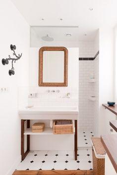 Still open and private at the same time. * wunderkammer *: Metro Fliesen im Badezimmer /// Azulejos de metro en el baño /// Subway tiles in the bathroom Tiny Bathrooms, Attic Bathroom, Upstairs Bathrooms, Bathroom Renos, White Bathroom, Beautiful Bathrooms, Modern Bathroom, Bathroom Ideas, Bathroom Layout