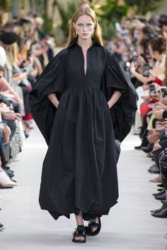 Valentino at Paris Fashion Week Spring 2019 - Runway Photos Casual Couture, Style Haute Couture, Fashion Week, High Fashion, Vogue Fashion, Paris Fashion, Roman Fashion, Fashion Tips For Women, Pretty Outfits