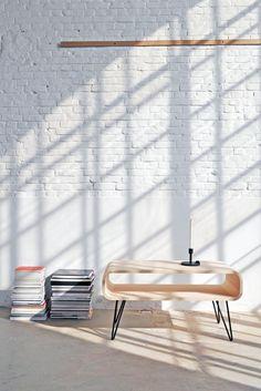 Ein unverkennbares Design von XLBoom: Der Metro Coffee Table ist ein stilvoller Tisch, der flexibel einsetzbar ist - als Couchtisch im Wohnzimmer, als Beistell- oder Konsolentisch oder als niedriger Loungetisch im Wartebereich.  Während die voluminöse Korpus-Form des Metro Coffee Table vom Design der 50er- und 60er-Jahre inspiriert ist, geben die vier schlanken Metallbeine der Gesamterscheinung einen unverkennbar modernen Akzent. Foto: XLBoom