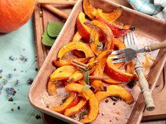 Köstlicher können Sie Kürbis nicht zubereiten: Kürbis aus dem Ofen hat nicht nur die perfekte Konsistenz, sondern auch ein tolles Röstaroma.