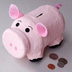 Simpático cerdo alcancía en pocos pasos
