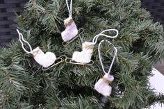 Julepynt skøyter Barn, Christmas Ornaments, Holiday Decor, Converted Barn, Christmas Jewelry, Christmas Decorations, Barns, Christmas Decor, Shed