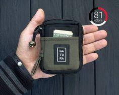 Ce portefeuille meilleur pour les hommes est pour ceux qui aiment le minimalisme, la fiabilité et facilité d'utilisation. Un sac à main pratique faite de tissu imperméable à l'eau, sera votre assistant dans votre quotidien porter des choses - couteaux, lumières, porte-clés, briquets, stylos