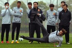 CHINA, WUHAN: Football superstar David Beckham falls down after illustrating how to take a free kick during a visit to the Zall Football Club in Wuhan, central Chinas Wuhan province on March AFP PHOTO David Beckham, Psg, Beckham Soccer, Free Kick, Slip And Fall, Soccer Stars, Wuhan, World Of Sports, France