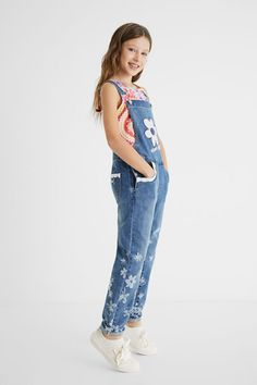 Salopette en jean longue dentelle Fille Desigual - 😍 Découvrir ici - #SalopetteFille #Desigual #Salopette #VetementsFille #modefille #SalopettetDesigual #Salopetteenjean Jeans Denim, Denim Overalls, Pepe Jeans, Salopette Jeans, Jacadi, Little White, Flower Prints, 9 And 10, Sequins