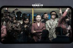 1981年9月11日,北京地铁正式对外开放,到2015年12月26日,北京地铁已经成为拥有18条运营线路、覆盖11个市辖区的庞然大物。每天,数以千万计的人群汇入北京地铁,完成一段地下旅程后,又匆匆散没于城市的各个角落。有一个人,就在人们的无心之间,有心地将这些点滴变化记录了十年。图为2011年11月8日,地铁八通线,下班晚高峰,车里疲惫的上班族。 张星海/摄 Don Carlos, Pose Reference Photo, Ap Studio Art, U Bahn, Nyc Subway, Quick Sketch, Drawing People, Old Pictures, Art Studios