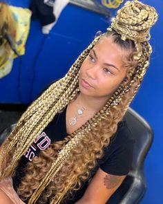 All styles of box braids to sublimate her hair afro On long box braids, everything is allowed! For fans of all kinds of buns, Afro braids in XXL bun bun work as well as the low glamorous bun Zoe Kravitz. Box Braids Hairstyles, Baddie Hairstyles, Girl Hairstyles, Protective Hairstyles, Wedding Hairstyles, Updo Hairstyle, African Hairstyles, Protective Styles, Blonde Box Braids