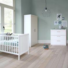 Babykamer Ralph is een praktische babykamer met mooie witte tinten. De meubels zijn gemaakt van hoogwaardige materialen en voldoen aan de veiligheidseisen voor baby's en jonge kinderen.