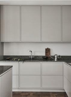 Nordiska Kök - Nordic minimalist in frame kitchen with limestone countertop. A minimalist kitchen in a light grey tone.#nordiskakok #kök #köksinspiration #kitcheninspo #nordicdesign #scandinaviandesign #kitchen #greykitchen #gråttkök #kitchendesign #bespokekitchen #minimalist #nordichome #scandinavianhome #interiordesign #interiors #interior #architecture #interiorarchitecture #homedecor #köksinspo #køkken #interieur #köksinspiration #limestone