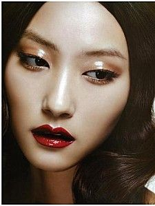 Popularan način šminkanja za photoshootinge u zadnjih nekoliko godina je nanošenje bezbojnog sjajila na određene dijelove lica kako bi se sjajili. Primjer možete vidjeti i na slici :)