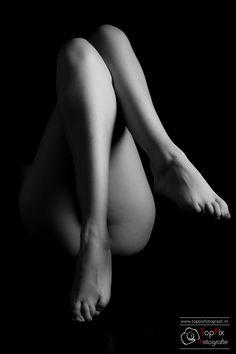 Fotoshoot in lowkey in de studio van TopPix Fotograaf. Keywords: lingerie, lowkey, female, legs, photoshoot, fotoshoot