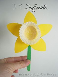 Spring is in full bloom! Get into the sunny spirit with this DIY Daffodil craft from Mend and Make New! These sunshiny flowers make for a sweet gift to a grandp