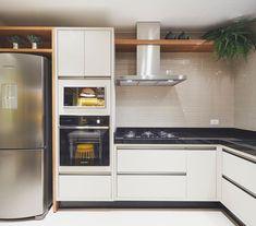 Cozinha em tons de nude e granito preto - o revestimento na parede da coifa deixa lindo e funcional ❤️❤️ Diy Kitchen Storage, Kitchen Decor, Kitchen Cabinets, Kitchen Appliances, Open Kitchen, Decoration, Foyer, Sweet Home, House