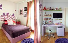 O quarto de Luna tem marcenaria e decoração em tons de roxo e rosa. Nas paredes, a arte de Bruno Dias deixa o ambiente urbano. Projeto da arquiteta Bruna Riscali