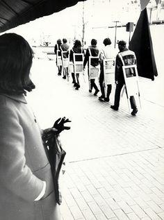 WEARABLE CHAIRS performance Minneapolis 1971 by Gianni Pettena #erastudioapartmentgallery #erastudio #patriziatenti #giannipettena #radicaldesign #radicalmovement #milan #italy