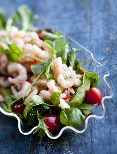 Mausteisen katkarapusalaatin pohjana on erilaisia salaatteja ja yrttejä. Spicy Shrimp Salad, Chili, Vegetables, Food, Chile, Essen, Vegetable Recipes, Meals, Chilis