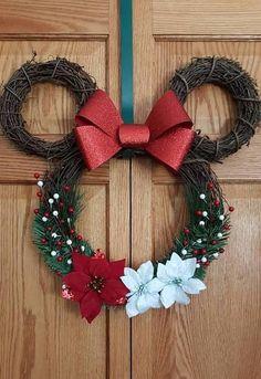 Mickey and minnie Minnie Mouse Wreath. Mickey and minnie. Any season Minnie Disney Diy, Disney Ideas, Mickey Mouse Wreath, Mickey Y Minnie, Disney Mickey, Mickey Cakes, Mickey Christmas, Christmas Fun, Christmas Ornaments