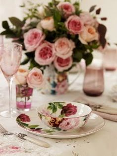 Flowers match the china pattern..... Gorgeous...