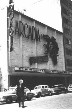 La zona del Centro Histórico se caracterizaba por estar llena de luces, color, grandes tiendas y buenos cines. Uno de estos fue el Arcadia, que se ubicaba en la Av. Balderas, casi llegando a Av. Juarez. Al parecer recibió daños en su estructura tras los sismos y fue transformado. Hoy día es un estacionamiento.